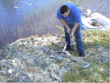 Отбор геохимических проб производит инженер-геолог Колинко Алексей